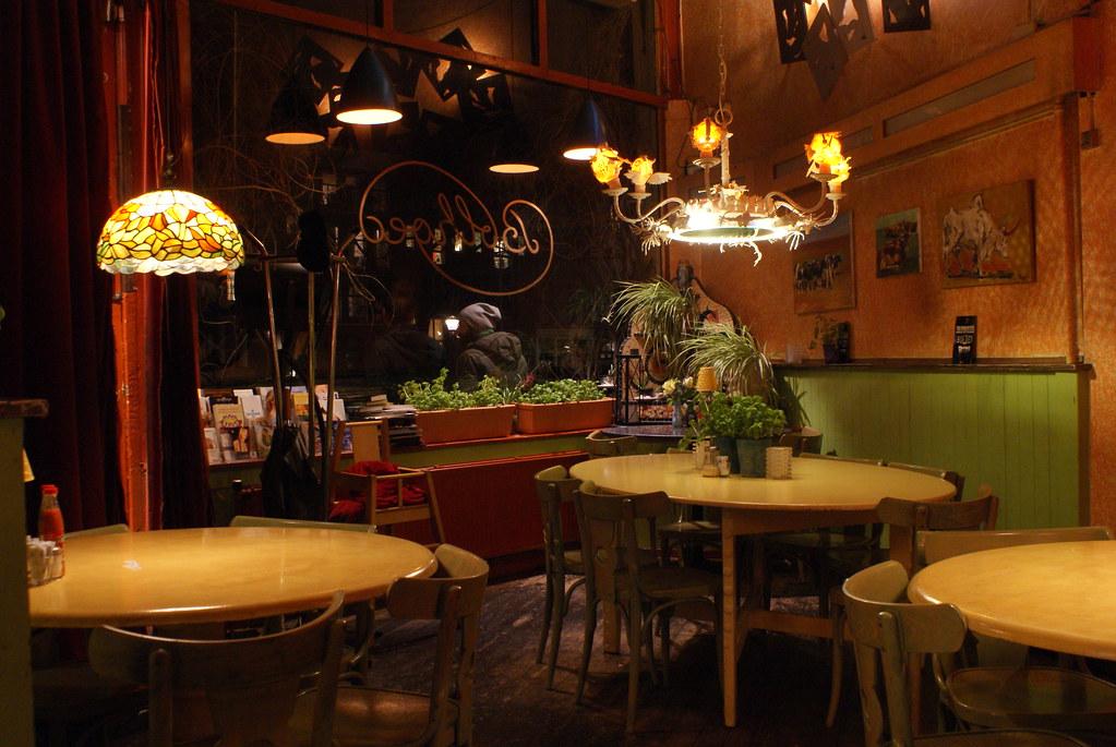 Intérieur du restaurant végétarien De Bolhoed à Amsterdam.