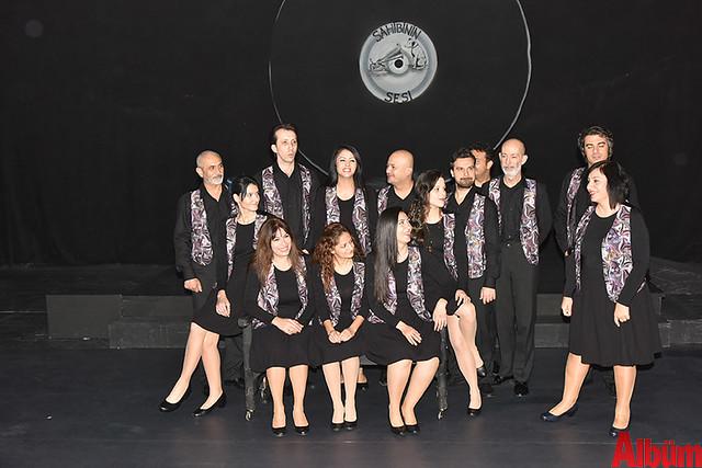 Alanya Belediye Tiyatrosu, Türk tiyatrosunun başyapıtlarından 'Gözlerimi Kaparım Vazifemi Yaparım' oyununu seyirciyle buluşturdu.