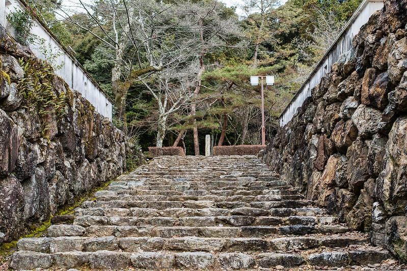 小倉山城展望台へと続く石段