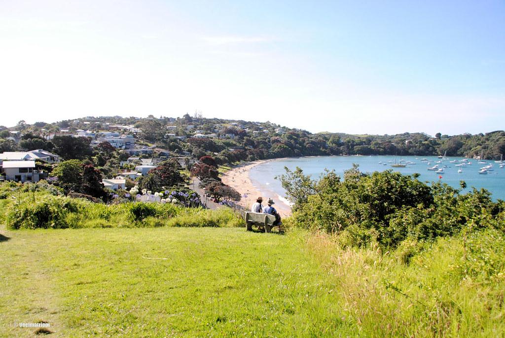 Iäkäs pariskunta nauttimassa upeasta maisemasta kävelyreitin penkillä, Waiheke, Uusi-Seelanti
