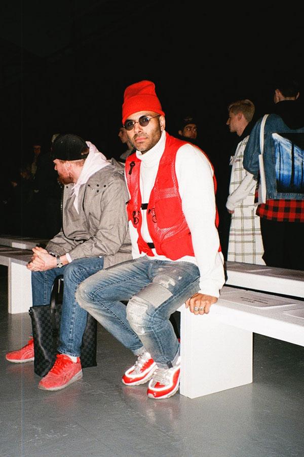 赤ニットキャップ×白タートルネックニット×赤メッシュベスト×デニムパンツ×Supreme  X Nikeエアマックス98