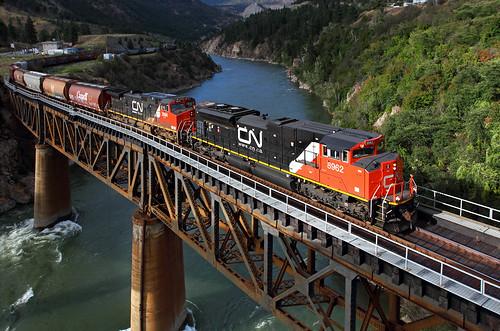 canadiannational cn graintrain thompsonriver lytton britishcolumbia bc canada cnashcroftsub thompsonrivercanyon locomotive emd sd70m2 8962