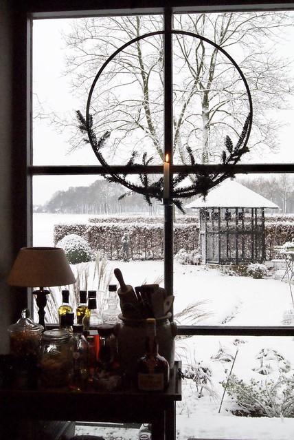 Tafel met uitzicht op tuin kerstkrans