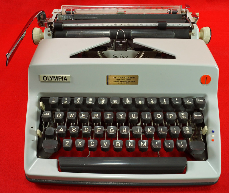 RD18946 1969 Olympia SM9 De Luxe Portable Typewriter with Hard Shell Case & Manual SN 3933039 DSC03202