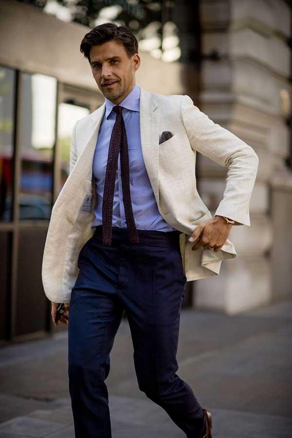 白テーラードジャケット×青シャツ×バーガンディニットタイ×紺スラックス