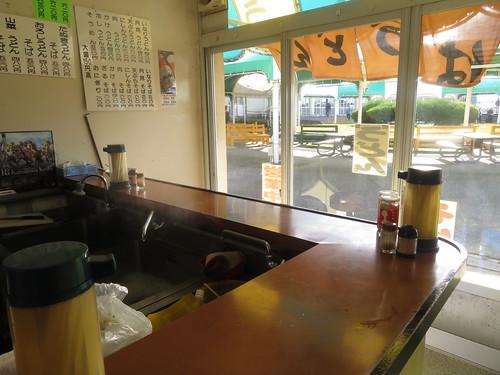 金沢競馬場のよこやまの店内
