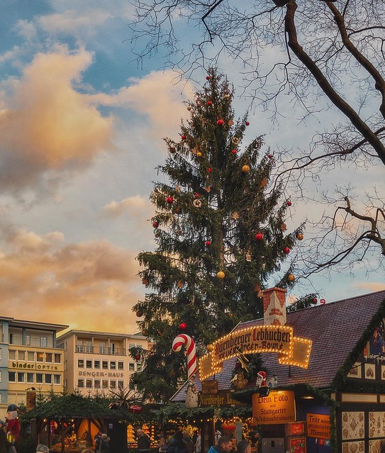 Sonnenuntergang am Weihnachtsbaum vor dem Stuttgarter Rathaus.❤️🎄 Das letzte Foto dieser kleinen Serie. . #iphone #iphoneonly #weihnachtsmarkt #stuttgart #stuggi #stuggipics #stuttgartlove #stuttgartcity #stuggiliebe #stgt #0711 #null