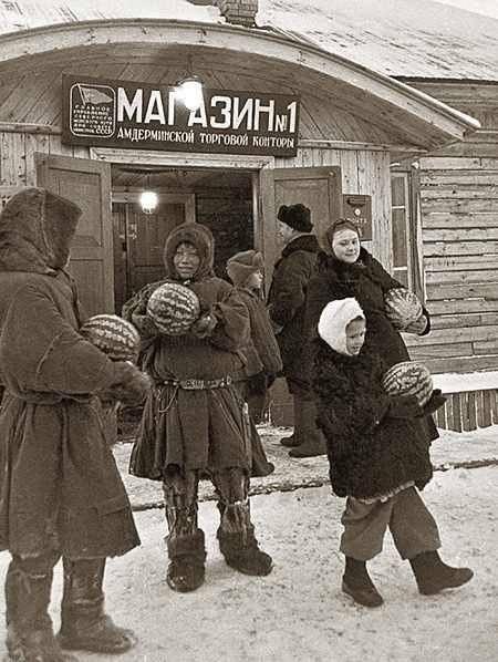 Торговля арбузами в поселке Амдерма на берегу Карского моря, СССР 1952.