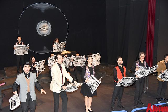 Alanya Belediye Tiyatrosu, Türk tiyatrosunun başyapıtlarından 'Gözlerimi Kaparım Vazifemi Yaparım' oyununu seyirciyle buluşturdu. -7