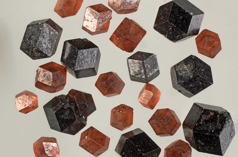 鉄バン石榴石 / Almandine