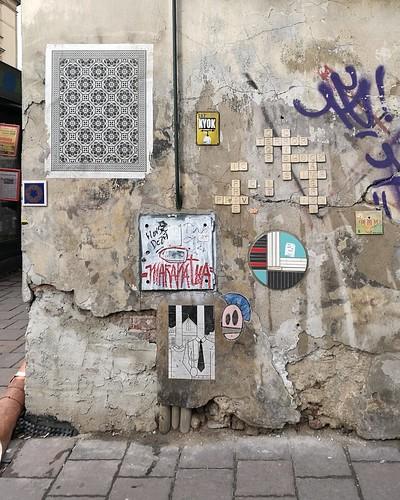 Ceramika, plakaty, scrabble, skrzyżowanie ul. Bożego Ciała / Miodowa