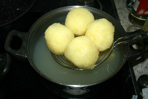 84 - Kartoffelklöße entnehmen & abtropfen lassen / Remove potato dumplings from pot & let drain