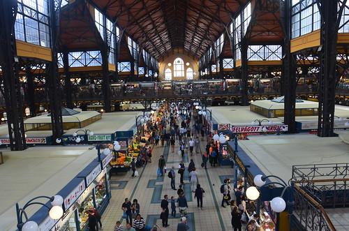 Der Innenraum der grossen Markthalle von den Fressständen aus gesehen