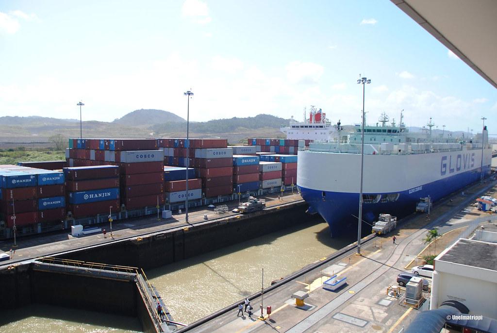 Rahtialus tulossa yhdelle Panaman kanavan suluista
