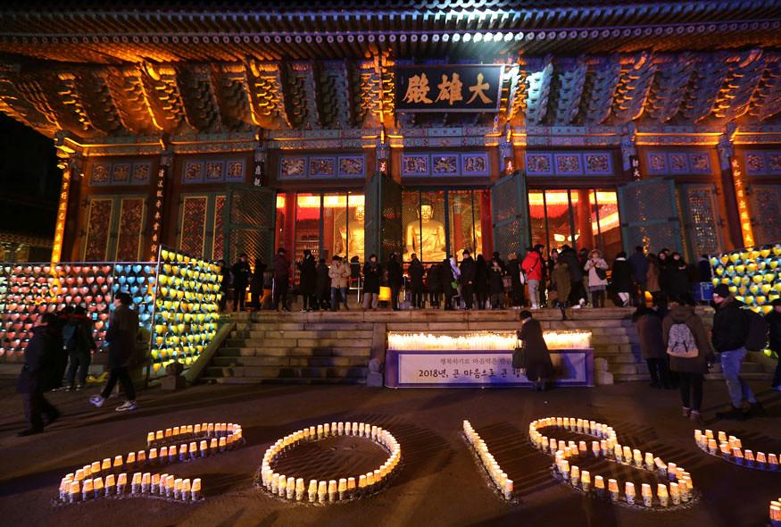 Umat Buddhis di Korea Selatan menyalakan lilin menyambut Tahun Baru 2018 di Vihaya Jogye.