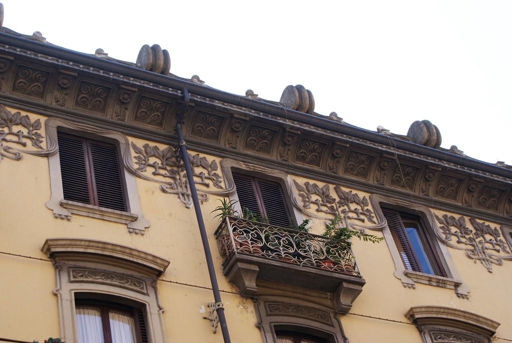 Fenêtres et balcons de style art nouveau à Turin.