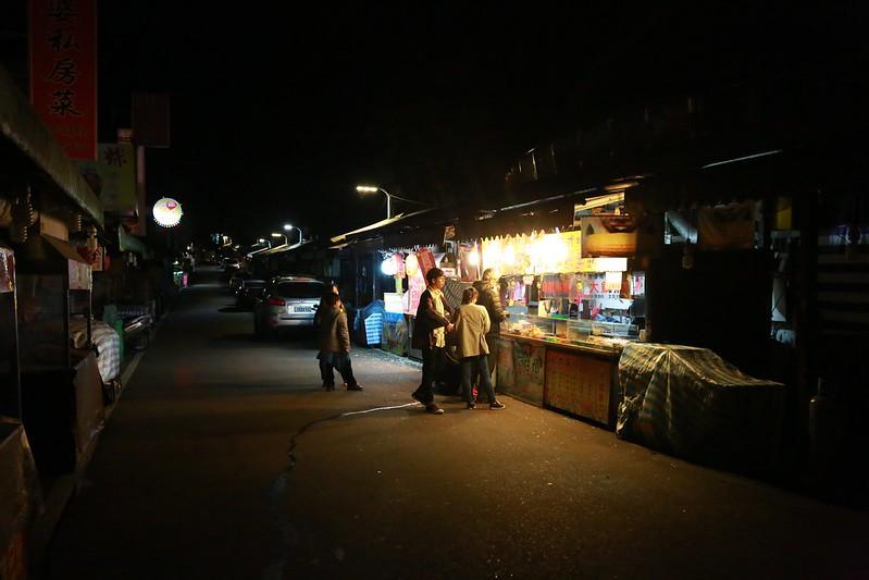 老街晚上只剩幾家店還開著