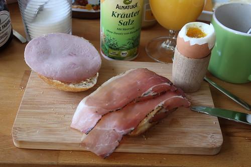 Kochschinken sowie Schinkenspeck (der Edeka Marke Bio Janssen) auf Aufbackbrötchen zum Frühstücksei