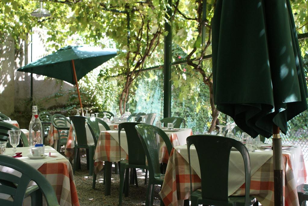 Dans la cour du restaurant Imbianchini e Decoratori à Turin, quartier de Borgo Po.