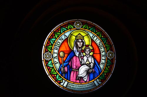 Die Gottesmutter als Fenstermosaik mit der Inschrift