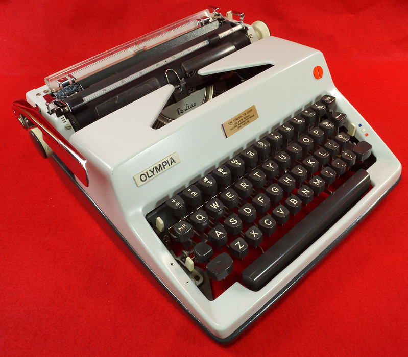 RD18946 1969 Olympia SM9 De Luxe Portable Typewriter with Hard Shell Case & Manual SN 3933039 DSC03204