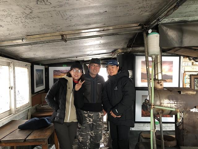 12가지산갤러리 안에서 찍은 기념사진 (왼쪽부터 김혜진, 정학춘, 노진경)