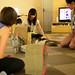 6. Japoneses jugando con los gatos arriba y abajo