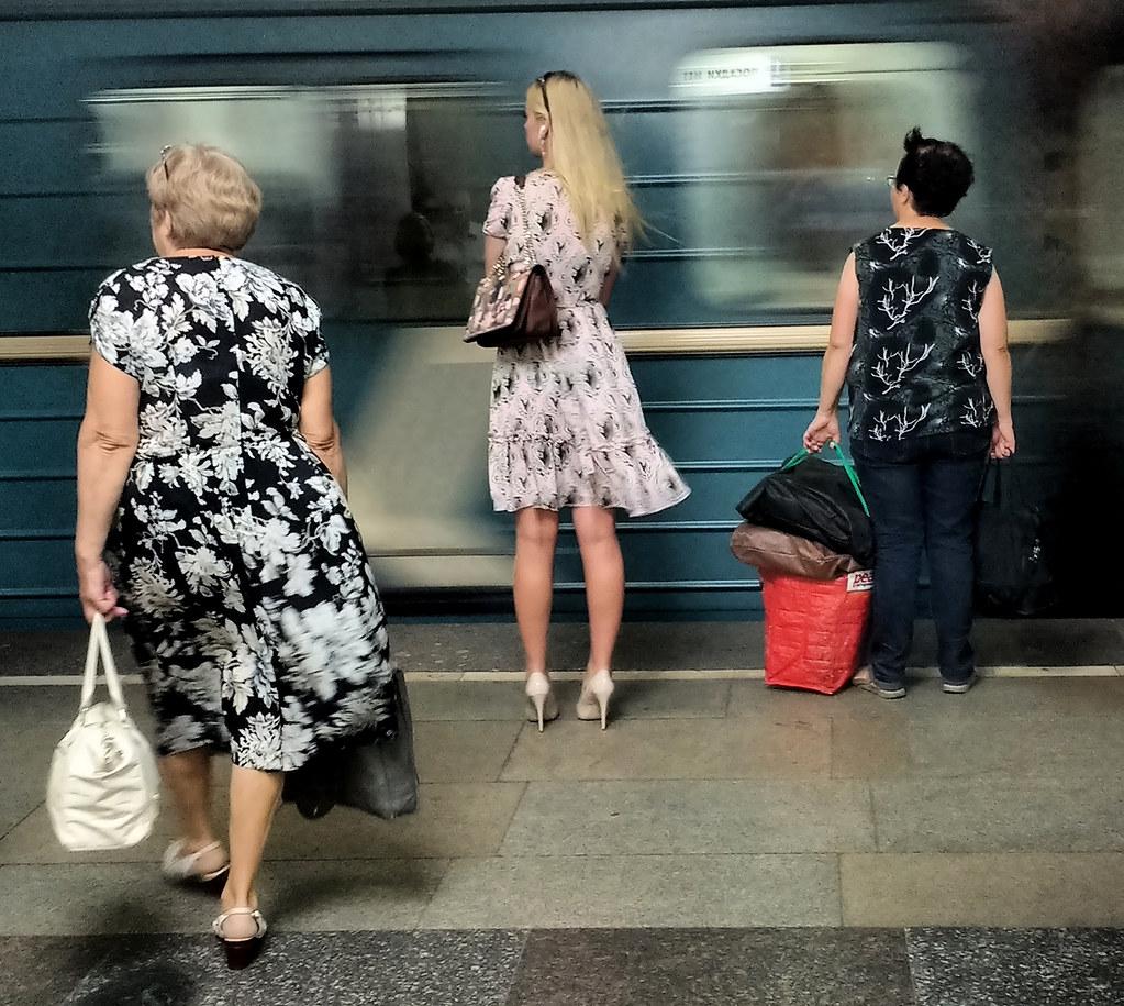 Три женщины в метро