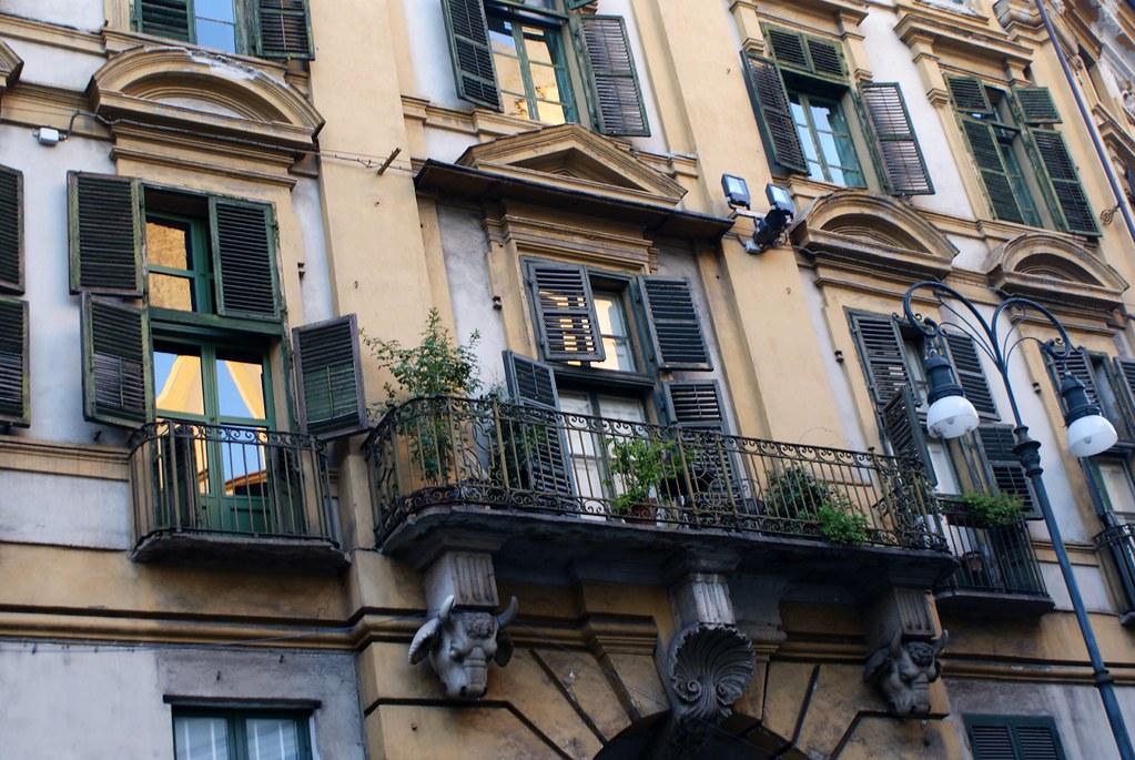 Façade et balcon d'inspiration classique à Turin.
