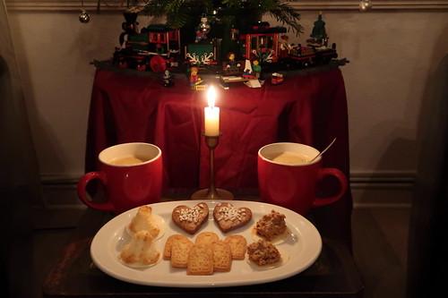 Letzte Weihnachtsplätzchen zum letzten Kaffee unterm Weihnachtsbaum