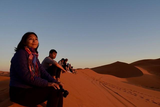 サハラ砂漠の夕日を見つめるなっちゃん