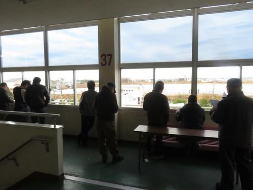 金沢競馬場のパドックを見下ろす人々