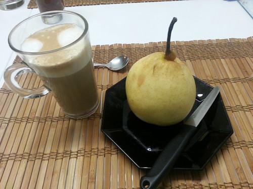Eine ナシ (梨 nashi und ein perfekt zubereiteter Latte Macchiato als er im Einzelnen von den Vorbereitungen zur Reise erzählte und die Probe seiner Berechnungen machte 643