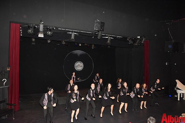 Alanya Belediye Tiyatrosu, Türk tiyatrosunun başyapıtlarından 'Gözlerimi Kaparım Vazifemi Yaparım' oyununu seyirciyle buluşturdu. -2