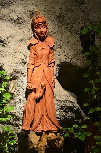 Eine hölzerne Maria mit Stephanskrone