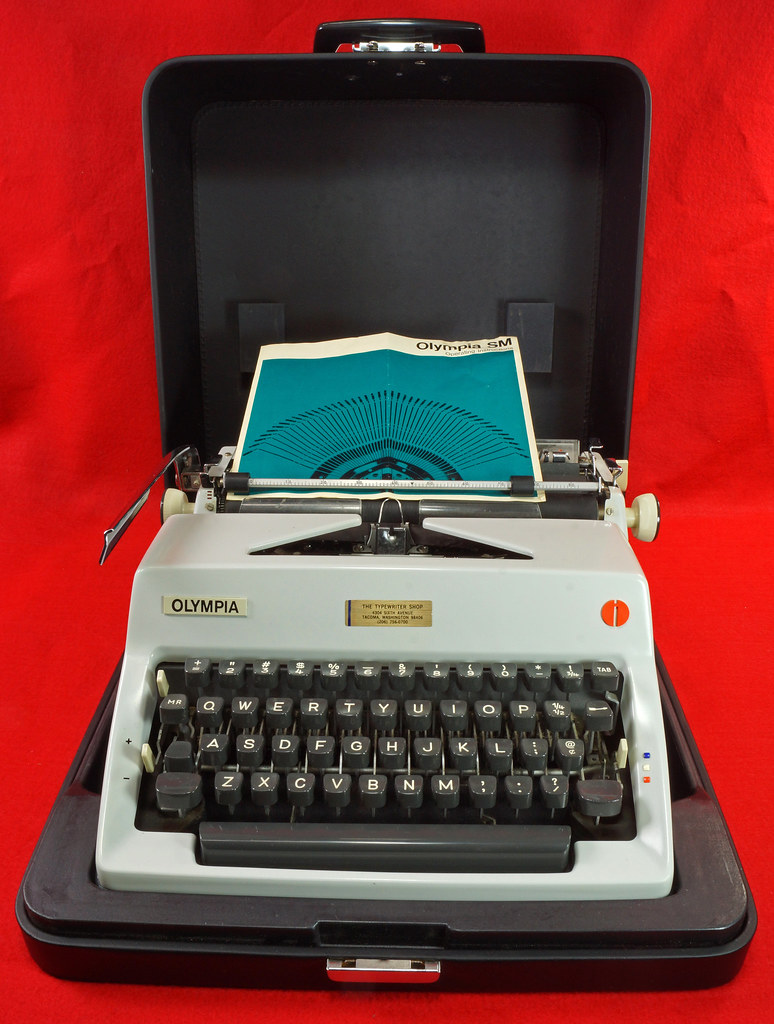 RD18946 1969 Olympia SM9 De Luxe Portable Typewriter with Hard Shell Case & Manual SN 3933039 DSC03197