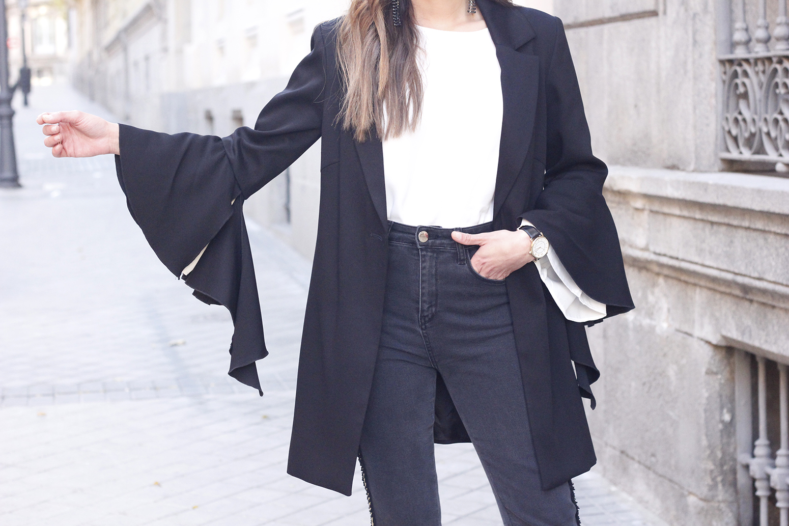 black blazer with flared sleeves black jeans with golden stripe uterqüe heels style outfit fashion13