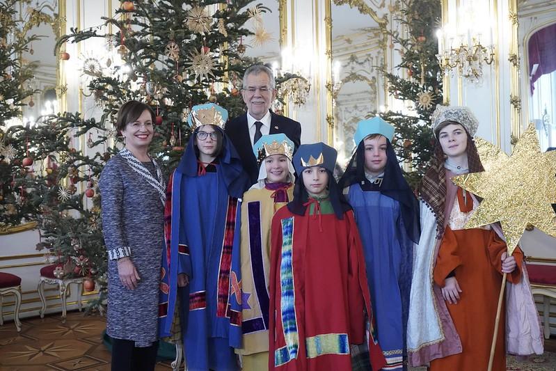 Sternsingergruppe der Parre Votivkirche (Wien) bei Bundespräsident Van der Bellen