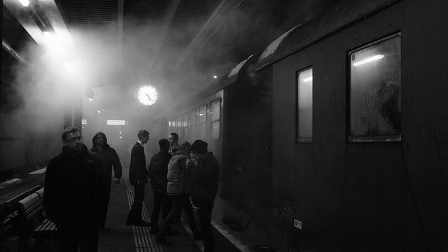 Reisende am Bahnsteig