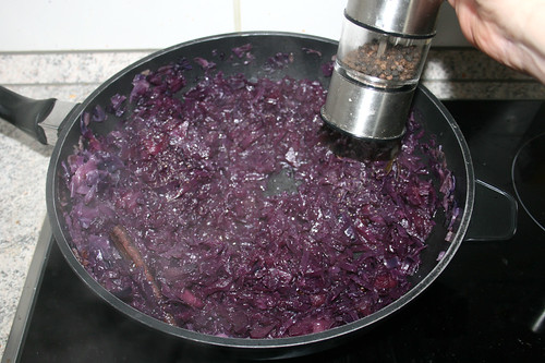 83 - Rotkraut mit Rotweinessig, Salz & Pfeffer abschmecken / Taste red cabbage with red wine vinegar,  salt & pepper