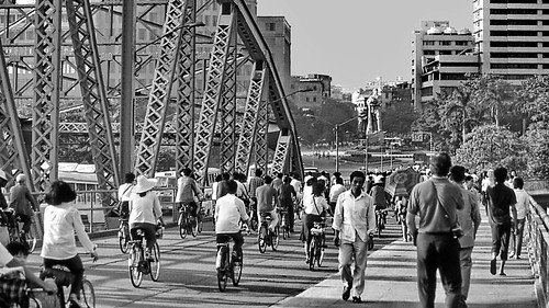 world travel reise viajes asia easternasia eastasia china guangzhou guangdong canton bicycle traffic rushhour bridges brücken puentes city ciudades cityscape cityview städte street stadtlandschaft streetlife paisajes panorama people peopleoftheworld outdoor blackandwhite blackwhite bw sw monochrome