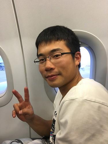 いざ中国へ。右は衣川さん