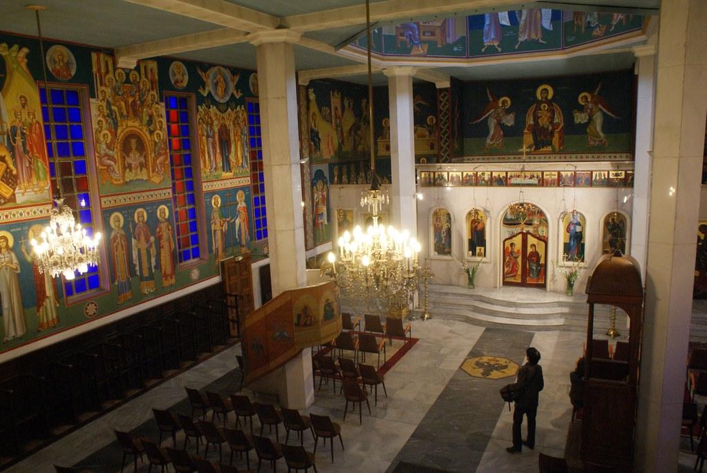 La nef de l'Eglise orthodoxe grecque de Lyon depuis le balcon.