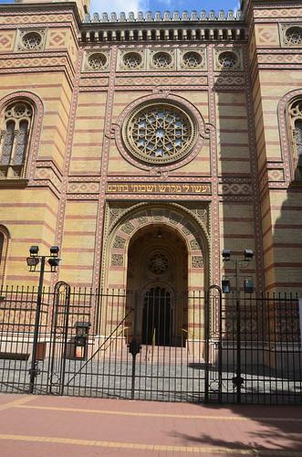 Mit Gittern verschlossenes Tor der Synagoge