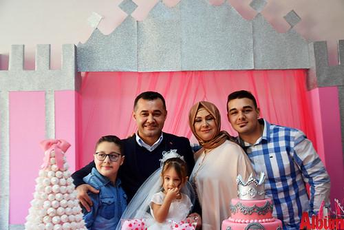 Yücel ailesi pasta kesiminin ardından hep birlikte poz verdi.