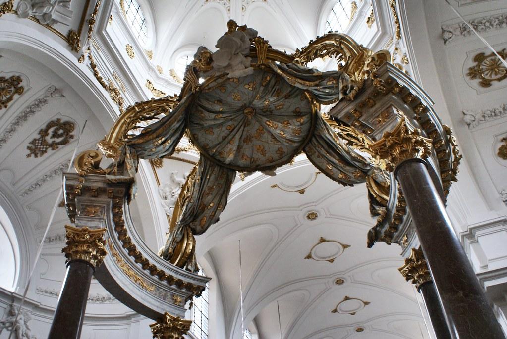 Baldaquin de l'église Baroque Saint Bruno des Chartreux à Lyon.