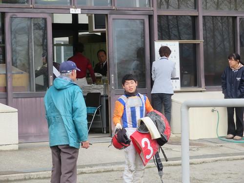 金沢競馬場の枠場の前で会話する中島龍也騎手