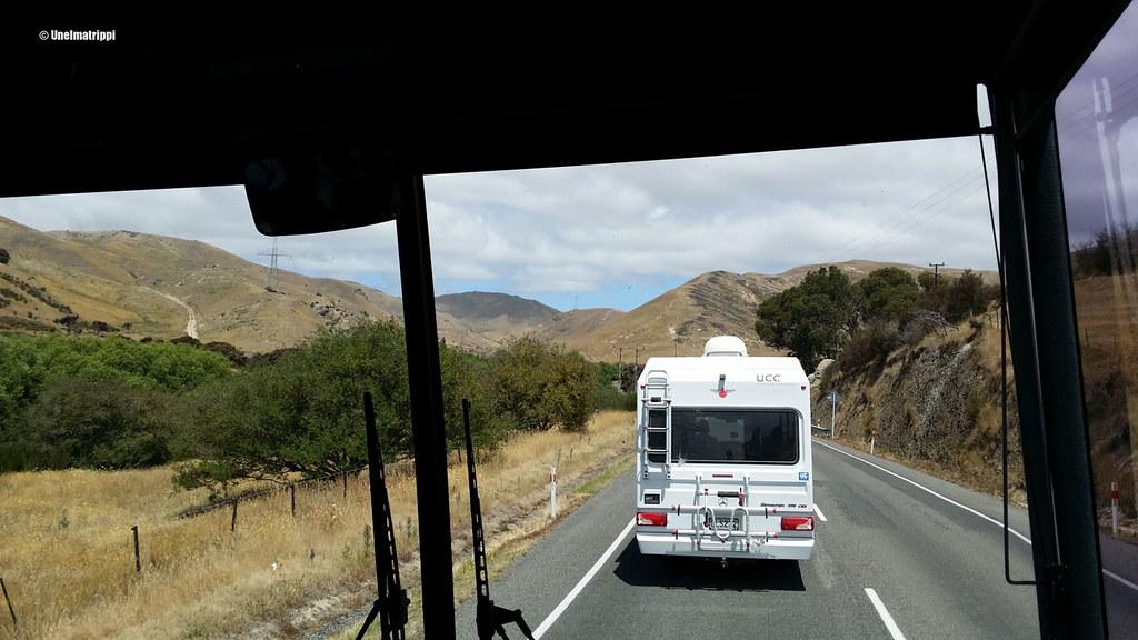 Karavaanari bussimme edellä matkalla Pictonista Christchurchiin, Uusi-Seelanti