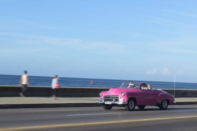 海岸線を走るオープンカー