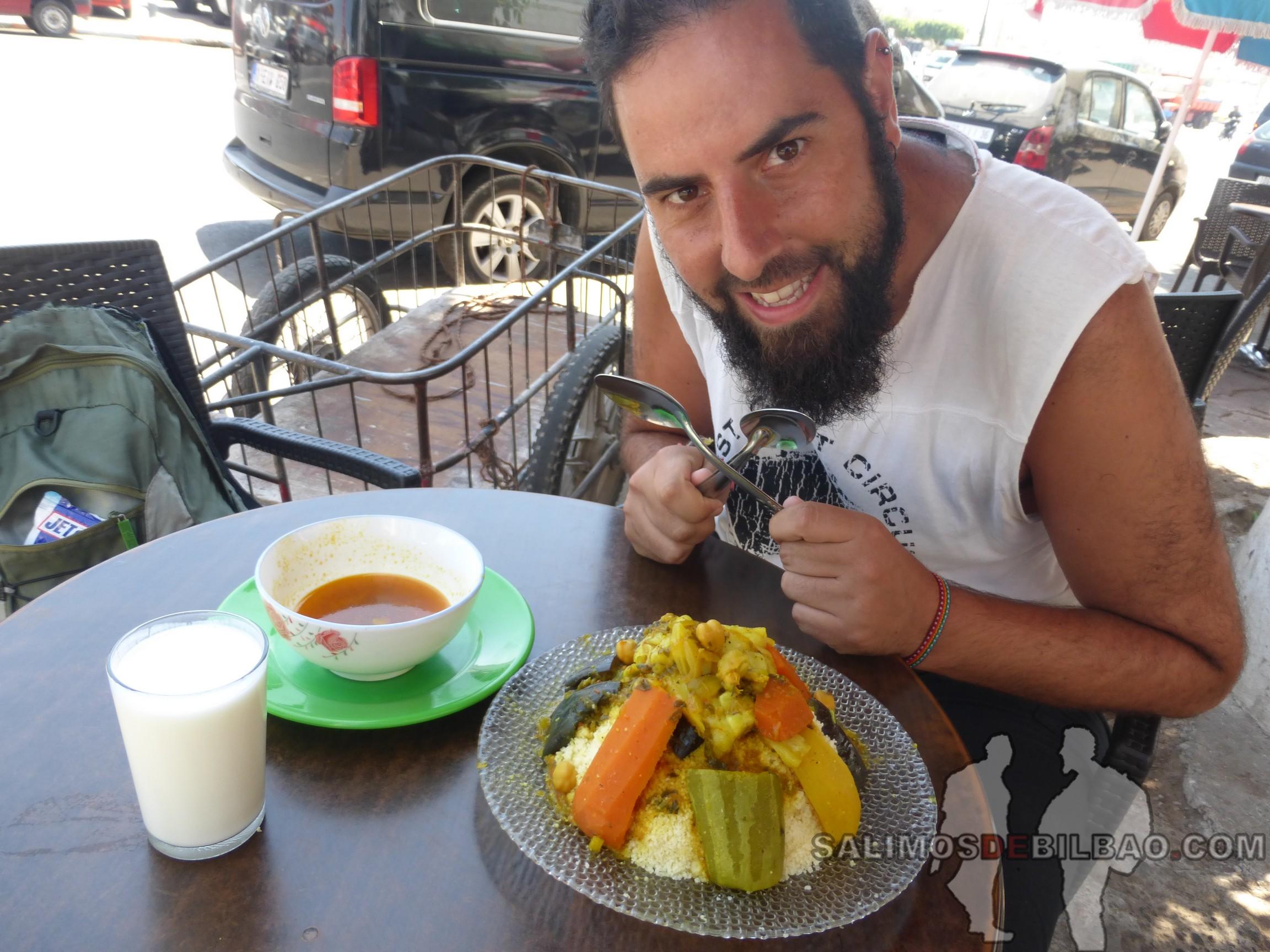 453. Katz, comiendo cuscus, Agadir